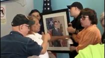 Gritos y tensión en un Cesco para remover una foto de Ricardo Rosselló
