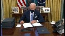 Biden firma 17 decretos en su primer día de trabajo