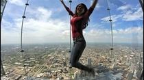 Zara Hernández nos lleva de paseo para la ciudad de los vientos Chicago, donde nos presenta un edificio el cual fue el mas alto del mundo por sobre 25 años y actualmente es el segundo mas alto de la nación americana y la atracción turística mas visitada de esta ciudad, su nombre es Willi's Tower y Zara nos lleva a conocer su atracción The Skydeck ubicada en el piso #103.
