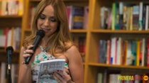 Alexandra Fuentes bota el golpe en un libro