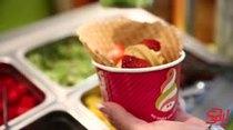 Cuando se trata de tentaciones saludables, Menchie's es el lugar. Aquí encontrarás una gran variedad de sabores de yogurt congelado que podrás combinar con tu topping favorito.