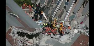 Más de 100 personas vivas bajo escombros tras sismo en Taiwán