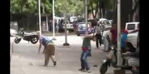 Opositor de Chavéz recibe golpes y pedradas