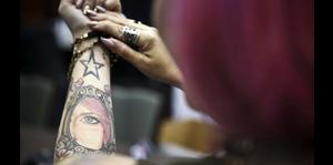 Revelan lo que sientes cuando te hacen un tatuaje