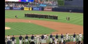 Coro de hombres gays entona el himno nacional