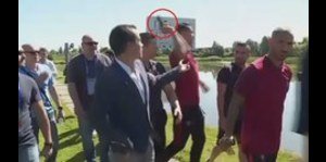 Cristiano Ronaldo arroja micrófono a un lago