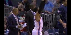 Russel Westbrook golpea a árbitro