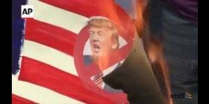 Filipinos queman la bandera de Estados Unidos