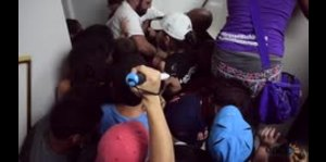 Estudiantes irrumpen en reunión de la Junta de Gobierno d...