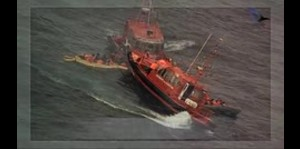 Rescatan a 34 personas de embarcación en llamas