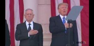Donald Trump pierde la compostura durante el himno de Estados Unidos