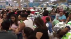 """Consumidores durante el """"Black Friday"""" en el Walmart de Canóvanas"""