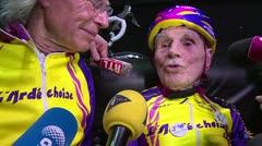 Hombre centenario establece récord en bicicleta