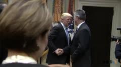 Trump firma retiro de Estados Unidos del tratado de comercio