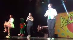 Adamari López canta junto al grupo Atención Atención