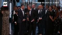 """Warren Beatty le da por error a """"La La Land"""" el Oscar de Mejor película"""