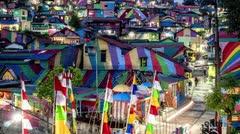 Una colorida aldea cautiva a personas de todo el mundo