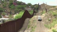 Trump sugiere colocar paneles solares en el muro con México