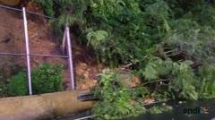 Una pared de tierra se desprende al lado de la autopista en Guaynabo