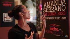 La campeona Amanda Serrano se impresiona al ver la publicidad de su pelea