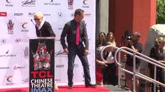 Stan Lee plasma sus huellas en Hollywood
