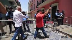 Los policías realizan reclamo frente a La Fortaleza