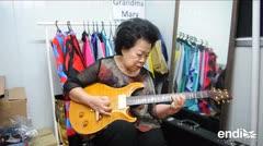Anciana amante del rock rompe estereotipos