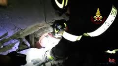 Rescatan a niños sepultados por escombros tras sismo en Italia