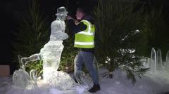 Artistas del hielo alistan sus piezas en el mercado de Edimburgo