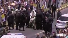 El papa Francisco rompe protocolo para rescatar a una mujer