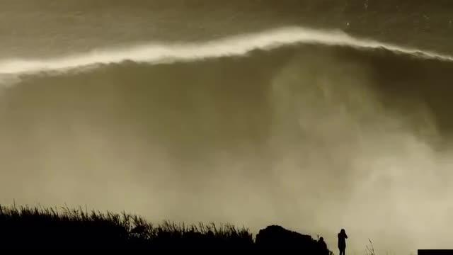 Extraordinario: un surfista monta y domina una monstruosa ola