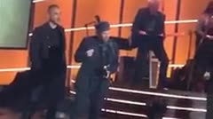 Residente recibe su primer Grammy como solista