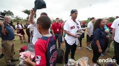 Alex Cora y los Medias Rojas llegan con ayuda a Puerto Rico