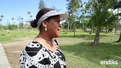 Una mujer regresa al balneario de Luquillo que los huracanes devastaron