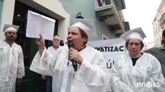 Salen en togas para protestar en contra de la privatización de la escuelas