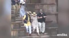 Hillary Clinton por poco se cae mientras bajaba unas escaleras en India