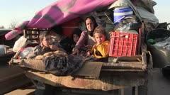 Miles de civiles huyen de dos frentes distintos en Siria