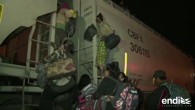 Estremecedores visuales: cientos de migrantes suben al techo de un tren para llegar a EE.UU.