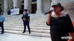 Maestros, niños y Eva Ayala protestan frente al Capitolio