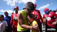 Un niño se conmueve y llora en los brazos de Raymond Arrieta