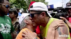 Una anciana se estremece frente a Raymond Arrieta