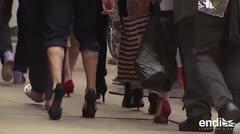 Abogados salen a las calles de Chicago en tacones para protestar contra la violencia de género