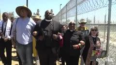 """Gritan """"¡liberen a los niños!"""" ante una cárcel para indocumentados"""