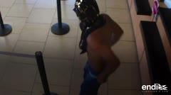 Difunden imágenes del momento en que un hombre escaló un banco en Isla Verde