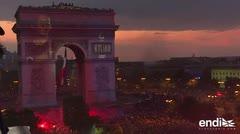 Cientos de miles de franceses festejan el triunfo mundialista en los Campos Elíseos en París