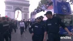 Los campeones del mundo desfilan en París en un multitudinario carnaval
