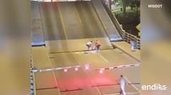 Capturan el momento en que una ciclista cae en puente levadizo tras ignorar las señales