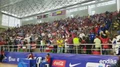 Ondean la bandera de Puerto Rico y animan al equipo de baloncesto en Barranquilla
