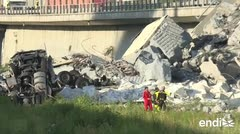 Socorristas buscan sobrevivientes atrapados bajo el puente que colapsó en Italia