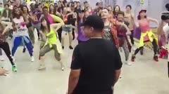 "Fanáticos de Daddy Yankee bailan ""Dura"" en China"